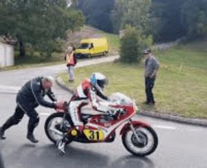 démarrer moto à la poussette
